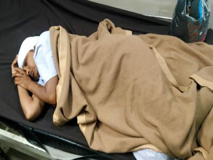 बेटे के साथ सैर पर निकली थी महिला, तेज रफ्तार बाइक ने पीछे से मारी टक्कर और घसीटता ले गया, हालत गंभीर|ग्वालियर,Gwalior - Dainik Bhaskar