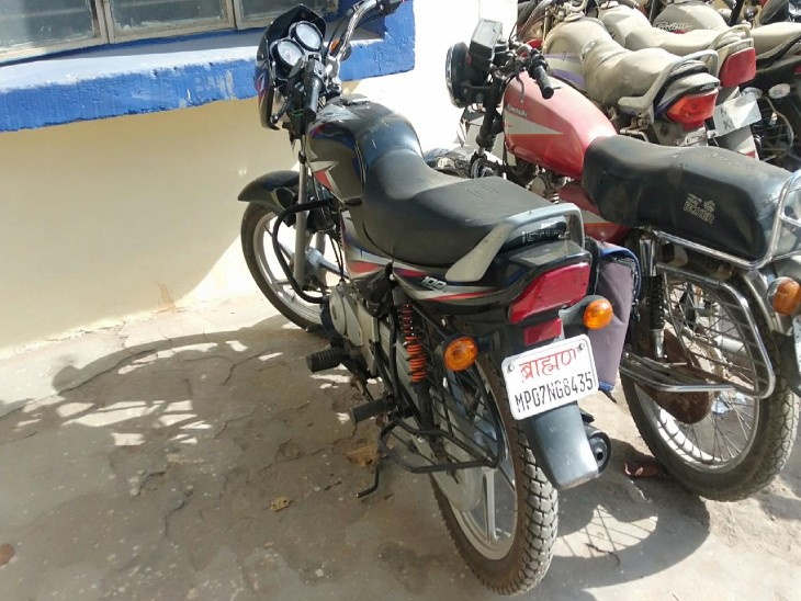 घटनास्थल से बरामद आरोपी की बाइक गोला का मंदिर थाने में जब्त कर ली गई है।