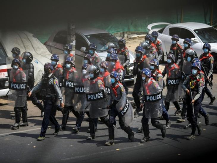 1 फरवरी को सैन्य शासन लगने और तख्तापलट के बाद से म्यामांग की सड़कों पर लगातार प्रदर्शन जारी है। वहीं, सेना इन प्रदर्शनकारियों पर लगातार दमन की नीति अपनाए हुए है। -फाइल फोटो - Dainik Bhaskar