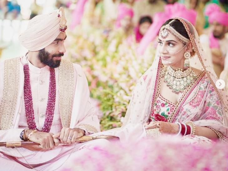 जसप्रीत बुमराह के साथ शादी रचाने वाली संजना टीवी एंकर हैं। वे कई मौकों पर बुमराह का इंटरव्यू ले चुकी हैं। फोटो-सोशल मीडिया - Dainik Bhaskar