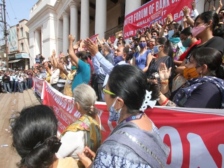 मंगलवार को भी हड़ताल में कर्मचारियों ने दिखाया दम, बाड़ा, फूलबाग पर प्रदर्शन कर दिखाई शक्ति|ग्वालियर,Gwalior - Dainik Bhaskar