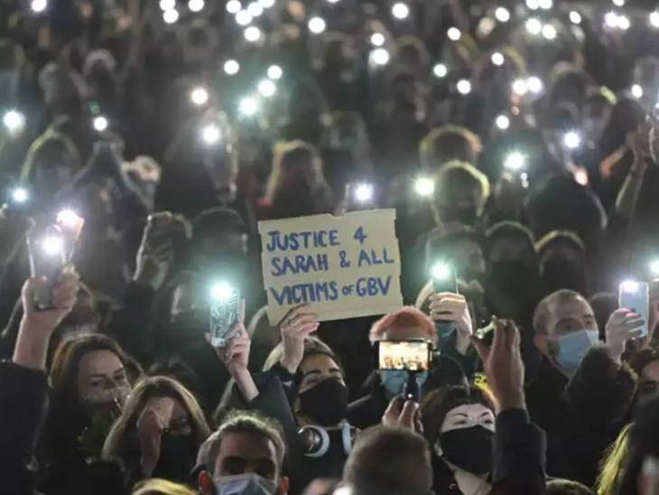 कोरोना की वजह से लगी पाबंदियों के बावजूद घटना के विरोध में सैकड़ों लोग सेंट्रल लंदन में जमा हो गए थे।