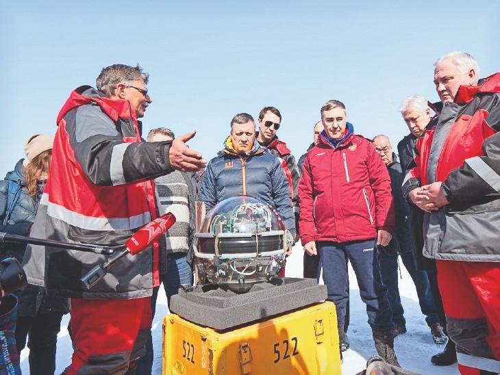 रूस के वैज्ञानिकों ने हाल ही में बैकल झील के अंदर एक बड़ा स्पेस टेलिस्कोप लगाया है। इस टेलिस्कोप को साल 2015 से बनाया जा रहा था। इसका काम है न्यूट्रीनोस का पता लगाना। - Dainik Bhaskar