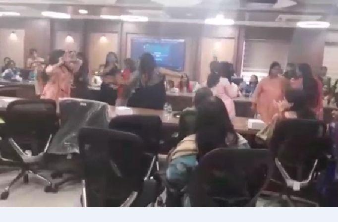 भोपाल के नेशनल हेल्थ मिशन में महिला दिवस पर कर्मचारियों के डांस का वीडियो वायरल; मास्क और सोशल डिस्टेंसिंग नहीं होने से सवाल खड़े हुए|मध्य प्रदेश,Madhya Pradesh - Dainik Bhaskar