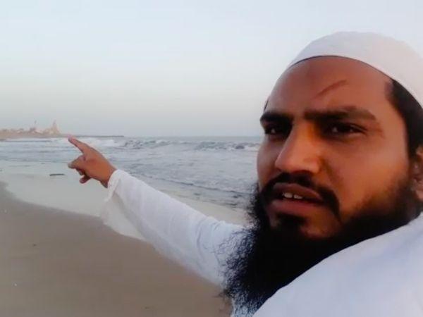 मौलाना इरशान ने सोमनाथ मंदिर से आधा किमी दूर समुद्र तट पर बनाया था वीडियो। - Dainik Bhaskar