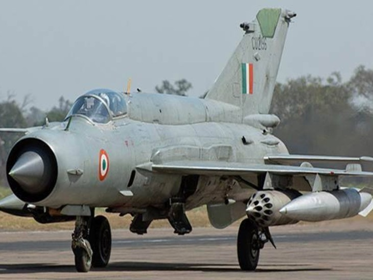 A MiG-21 Bison aircraft of IAF was involved in a fatal accident this morning while taking off for a combat training, IAF lost Group Captain A Gupta in the accident | कॉम्बैट ट्रेनिंग के लिए टेक ऑफ कर रहा फाइटर प्लेन हादसे का शिकार, ग्रुप कैप्टन शहीद
