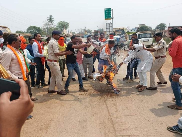BJP ने कई स्थानों पर फूंका राज्य सरकार का पुतला; CM के पुतले को लेकर पुलिस और कार्यकर्ताओं में छीना-झपटी|छत्तीसगढ़,Chhattisgarh - Dainik Bhaskar