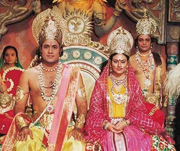 रामायण सीरियल के एक सीन में सीता का किरदार निभाने वालीं दीपिका चिखलिया और राम की भूमिका में एक्टर अरुण गोविल।