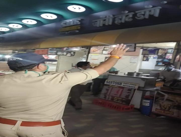 10 बजते ही पुलिस ने दुकाने करवाई बंद