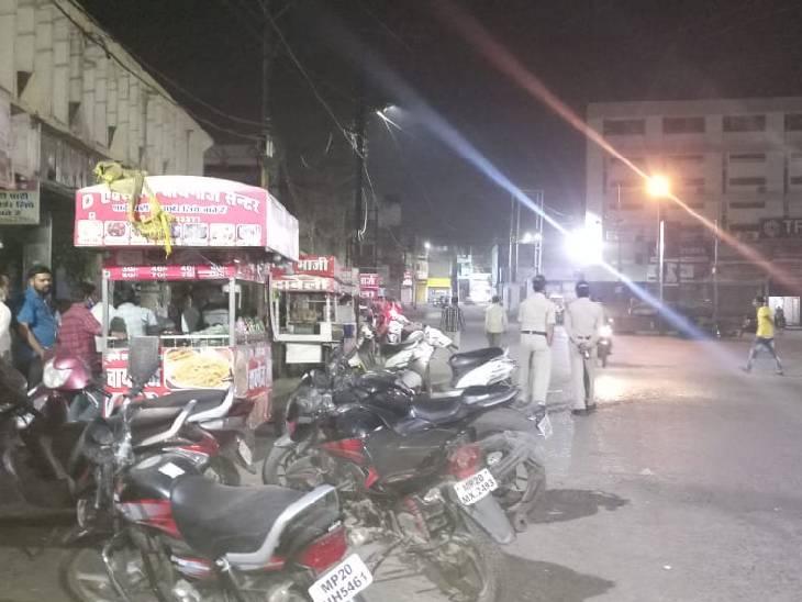 जबलपुर के सिविक सेंटर में चौपाटी पर लगी भीड़।