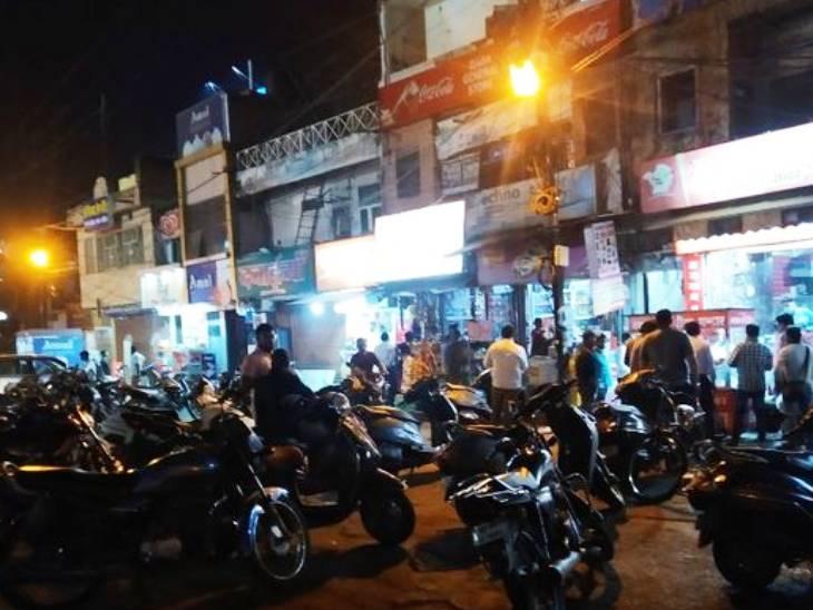 ग्वालियर में इंदरगंज-जयेन्द्रगंज चौराहे पर देर रात बाजार खुले रहे ।