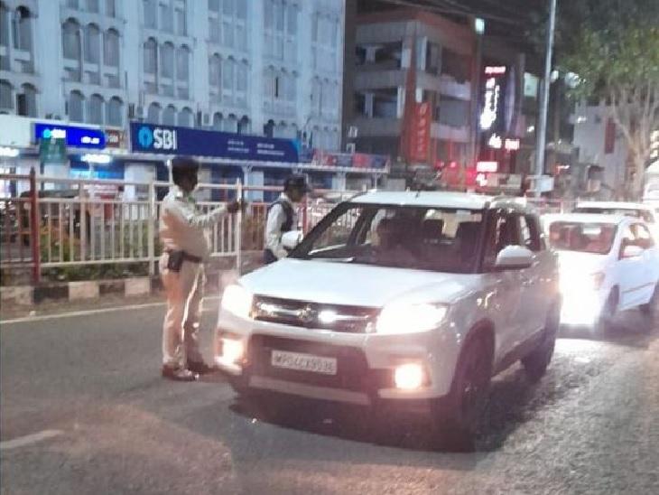 भोपाल के रोशनपुरा चौराहे पर वाहनों को रोककर पूछताछ करते पुलिसकर्मी।