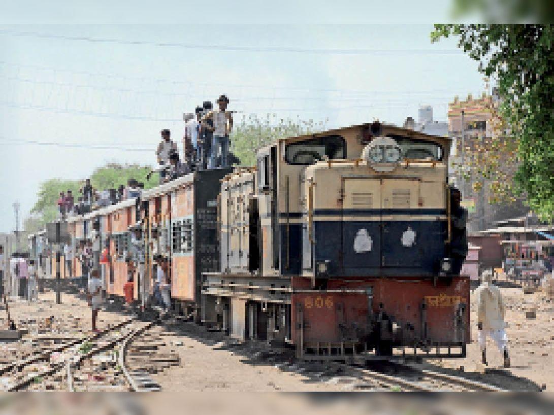 नैरोगेज ट्रेन, जो 1 साल पहले हो चुकी है बंद। - Dainik Bhaskar