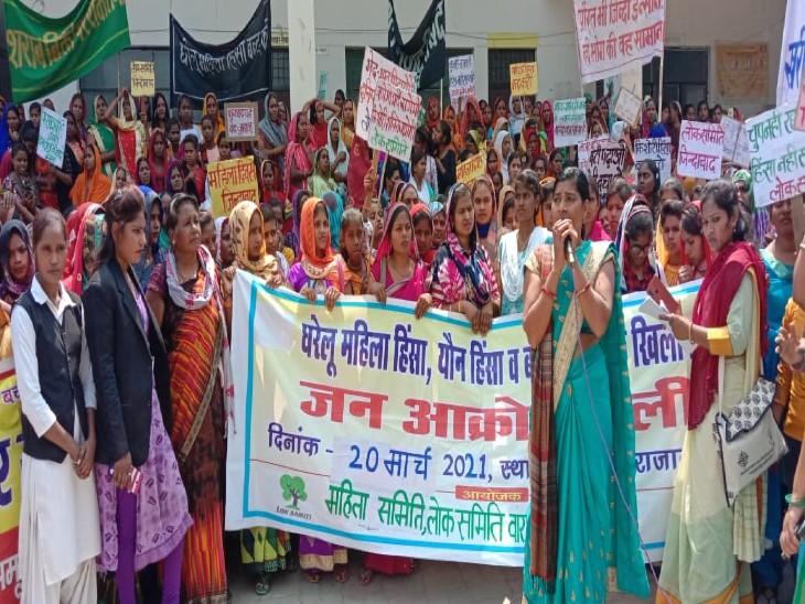 वाराणसी में सड़क पर उतरीं महिलाएं, दहेज, शराब, बाल विवाह और यौन उत्पीड़न पर रोक लगाने की मांग|वाराणसी,Varanasi - Dainik Bhaskar