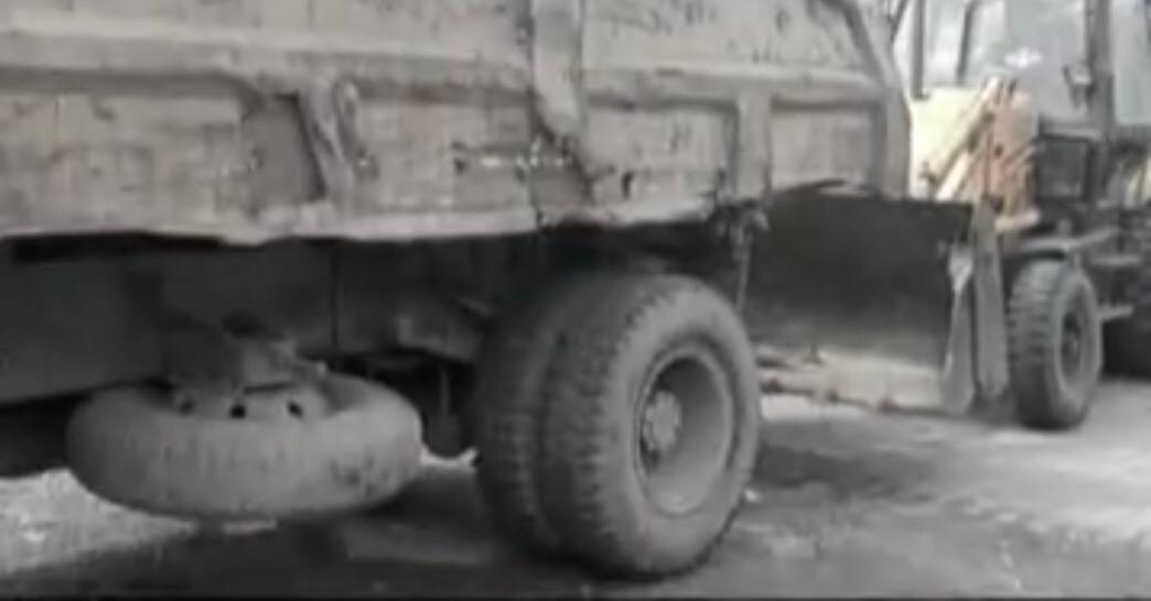 निगम की वर्कशॉप में खड़ी खस्ताहाल टायर वाली गाड़ियां। - Dainik Bhaskar