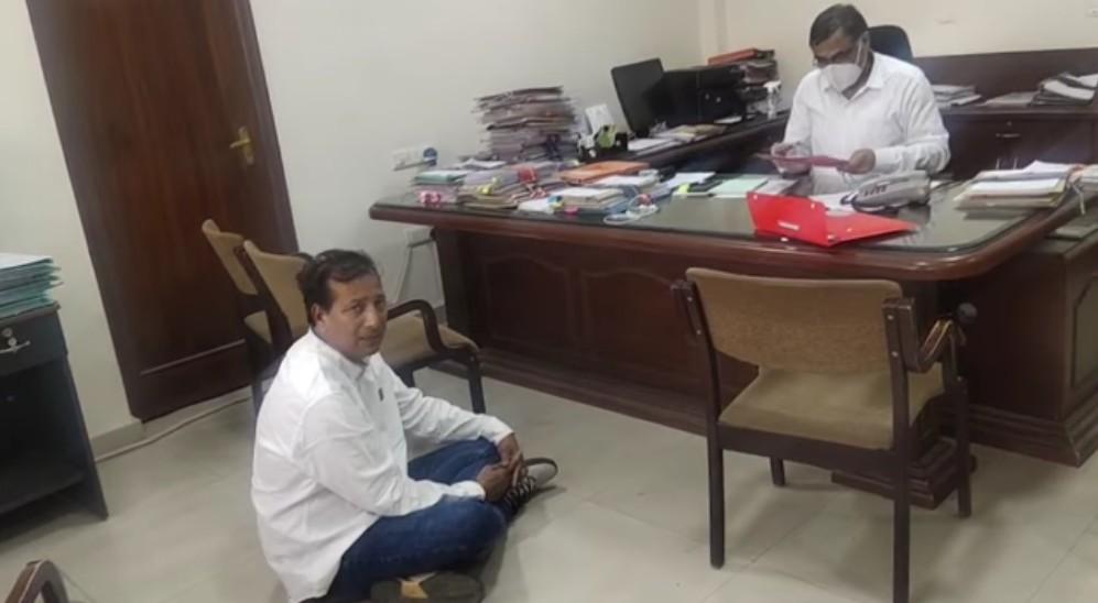 चीफ इंजीनियर के सामने फर्श पर बैठ MLA गुढ़ा बोले- हमने गहलोत सरकार को यह सोचकर थोड़े ही बचाया था कि ये दिन देखने पड़ेंगे|जयपुर,Jaipur - Dainik Bhaskar