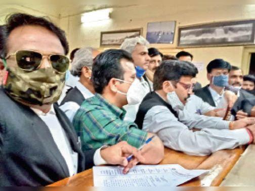वकील को गोली मारने का विरोध प्रतिवाद दिवस के रूप में मनाया, एडवोकेट प्रोटेक्शन एक्ट लागू करने की मांग|शिवपुरी,Shivpuri - Dainik Bhaskar