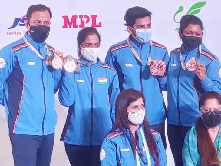मेडल जीतन के बाद भारत की 50 मीटर राइफल थ्री पोजिशन मिक्स्ड टीम।