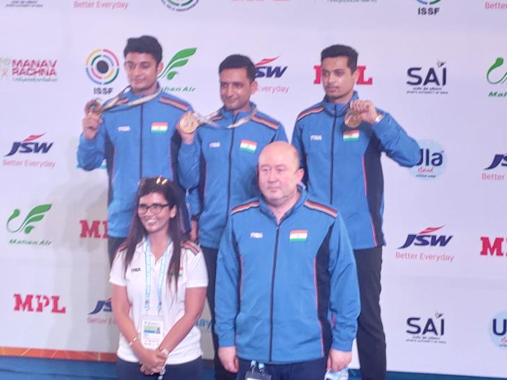 50 मी मेन्स टीम इवेंट में गोल्ड मेडल जीतने वाले नीरज, चैन सिंह और स्वप्निल।