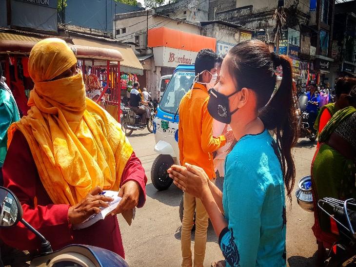 सड़क पर बिना मास्क के पकड़े जाने पर ड्रामे में कहीं कोई कमी नहीं दिख रही। तस्वीर रायपुर की।