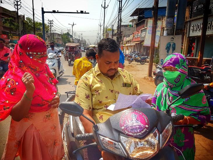 इस तस्वीर में दिख रहे जनाब को जब पकड़ा गया तो पहले इन्होंने महिलाओं के कागजात चेक किए 15 मिनट की बहस के बाद 100 रुपए का फाइन दिया।
