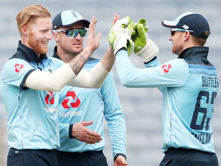 स्टोक्स ने दूसरे वनडे में गेंद पर लार लगाई। इसी ओवर में धवन स्लिप में कैच आउट हुए। - Dainik Bhaskar