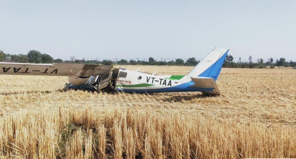 इंजन में खराबी के चलते उड़ान भरने के चंद मिनट बाद खेत में गिरा एयरक्राफ्ट, कैप्टन और दो ट्रेनी पायलट घायल|भोपाल,Bhopal - Dainik Bhaskar