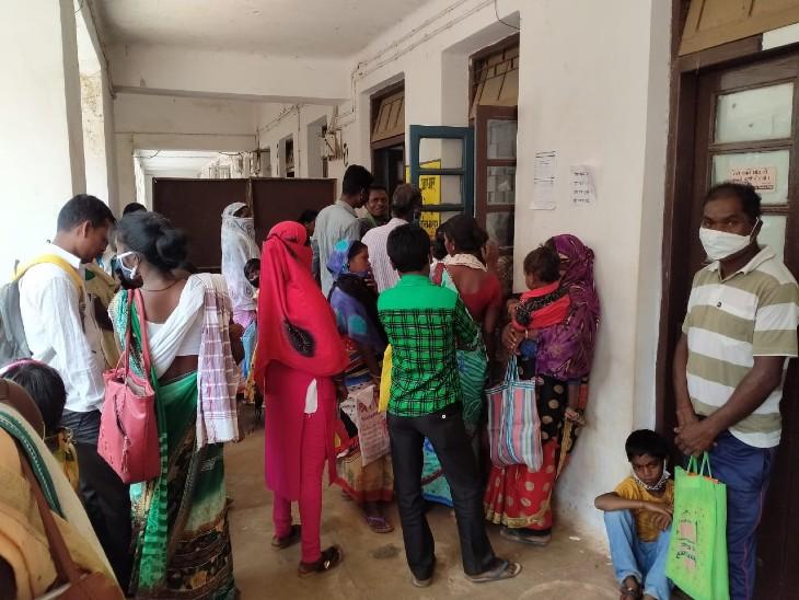 जशपुर में आयुष्मान कार्ड बनवाने के लिए इस तरह भीड़ लगाई जा रही है। - Dainik Bhaskar