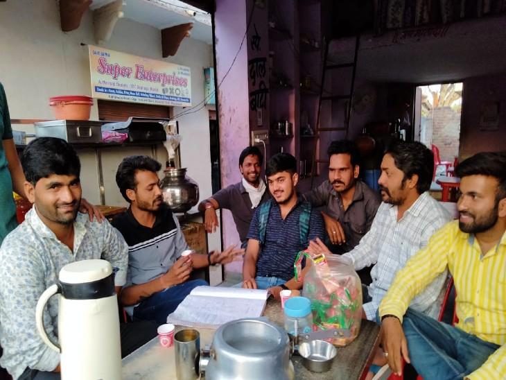 काकरोली में चाय की थड़ी पर चुनावी गपशप करते कॉलेज के छात्र।