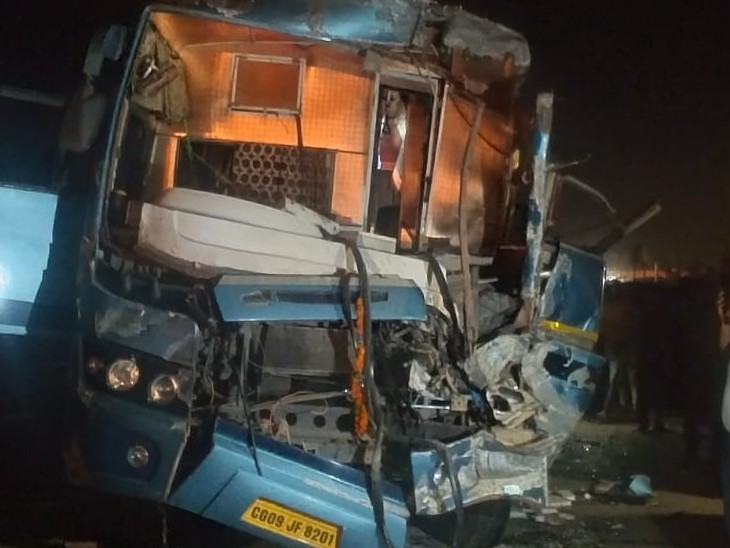 लखनऊ से छत्तीसगढ़ आ रही बस NH 30 पर खड़े ट्रक से टकराई, एक दर्जन यात्री घायल मध्य प्रदेश,Madhya Pradesh - Dainik Bhaskar