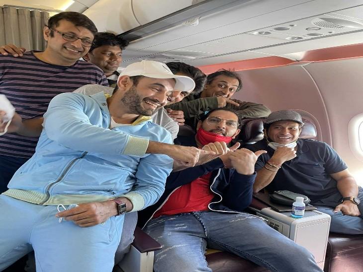 इस तस्वीर को शेयर कर क्रिकेटर्स ने बताया उनके टीम लीडर सचिन ही हैं, ये तस्वीर 22 मार्च को प्लेन के अंदर ली गई जब सचिन रायपुर से लौट रहे थे।