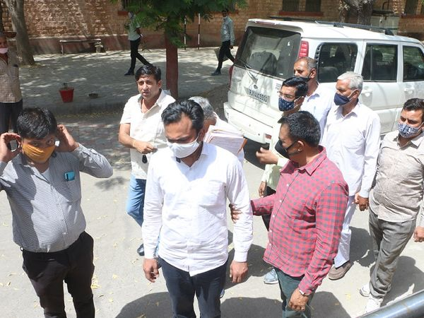 पिंडवाड़ा के तहसीलदार (बीच में सफेद मास्क) और आरआई को विशेष कोर्ट में पेश करने ले जाती एसीबी की टीम ।