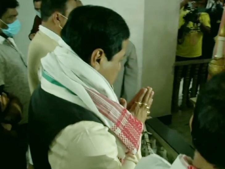 असम के मुख्यमंत्री सर्बानंद सोनोवाल ने वोट डालने से पहले डिब्रूगढ़ की बोगा बाबा मजार पर प्रार्थना की। वोट डालने के बाद उन्होंने कहा कि भाजपा 100 से ज्यादा सीटें जीतेगी।