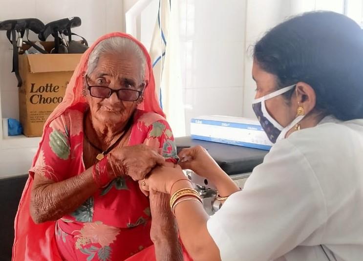 अगर आप 45 साल या इससे अधिक आयु के हैं तो मोबाइल व आधार कार्ड के साथ पहुंच जाएं वैक्सीनेशन के लिए बीकानेर,Bikaner - Dainik Bhaskar
