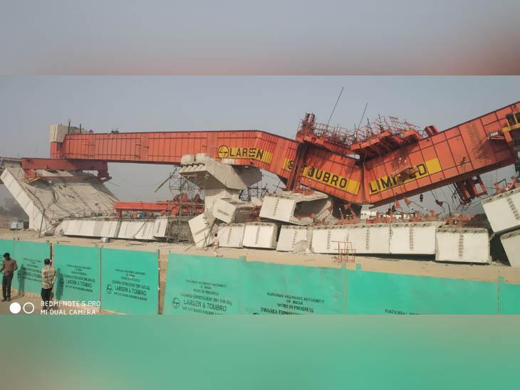 निर्माणाधीन फ्लाईओवर का गिरा हुआ हिस्सा, जिसमें कई लोगों के दबे होने की आशंका है।