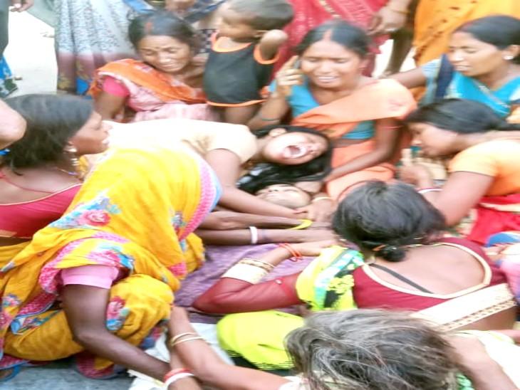 नालंदा में ट्रक से कुचलकर मारे गए लोगों के शव पर विलाप करते परिजन। यह ट्रक जहानाबाद की तरफ से आ रहा था। - Dainik Bhaskar