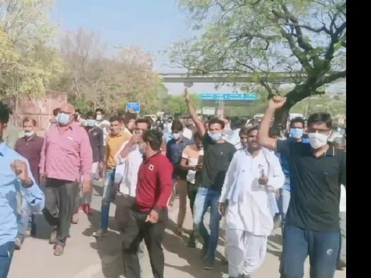 राजेंद्र त्रिवेदी के समर्थकों ने मुख्यमंत्री निवास के पास सहाड़ा से गायत्री देवी को टिकट देने का विरोध जताया।