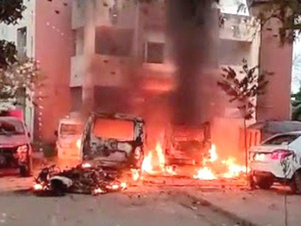 गुस्साई भीड़ ने घटनास्थल से 50 मीटर की दूरी पर तेल्हाड़ा थाने में भी तोड़फोड़ की। वहां खड़ी 8 गाड़ियों को भी आग के हवाले कर दिया।