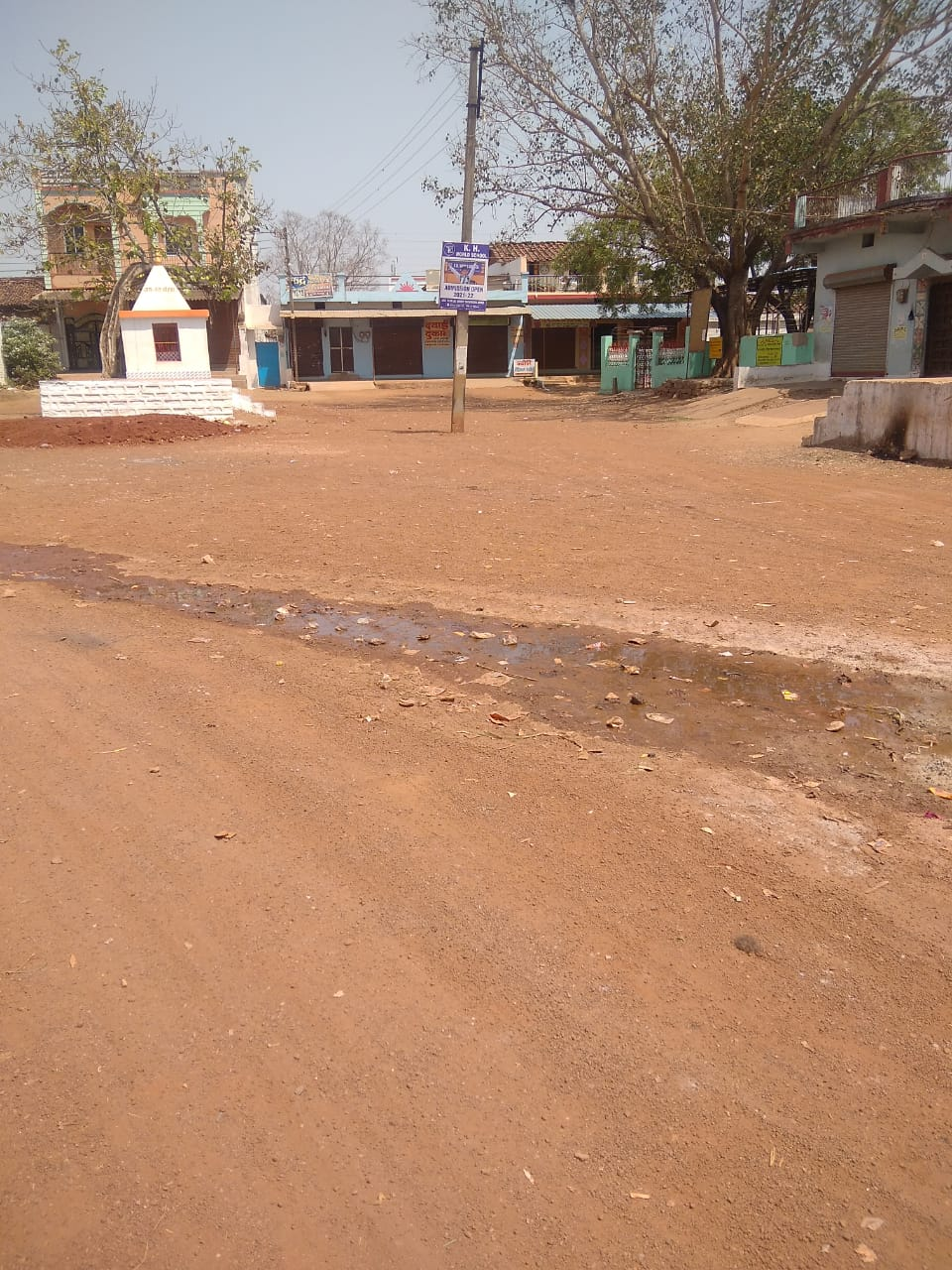 लगभग 3500 आबादी वाले इस गांव में सन्नाटा पसरा है।