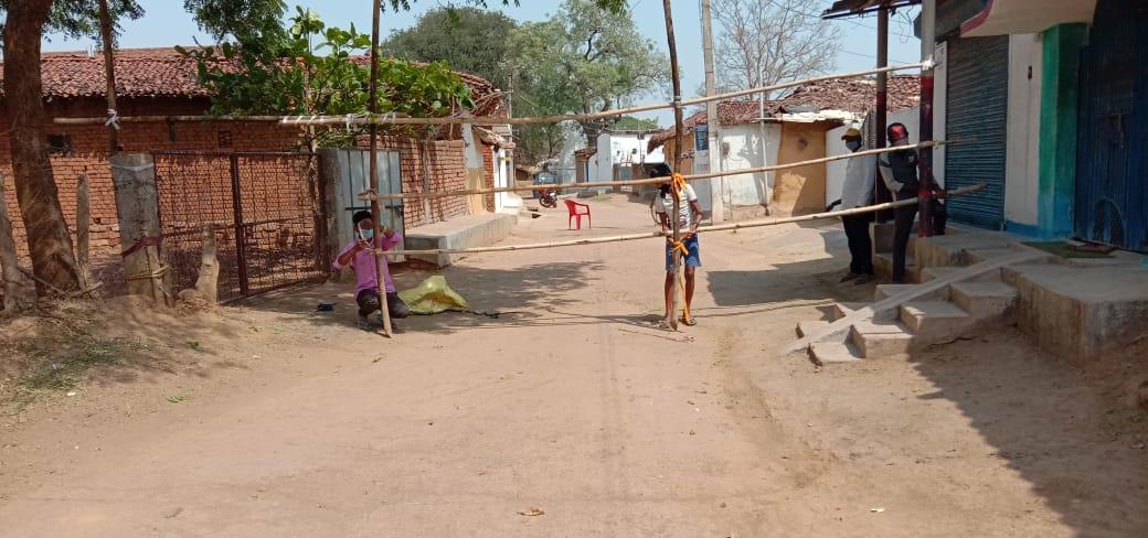 प्रशासन ने लकड़ी और बांस लगाकर गांव के सभी रास्तों को सील कर दिया है।