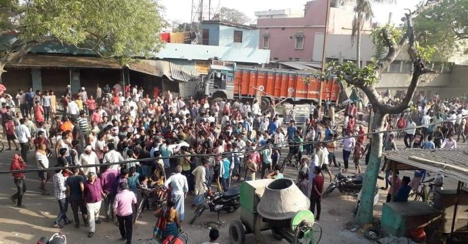हादसे के बाद घटनास्थल पर लोगों की भीड़ जमा हो गई।