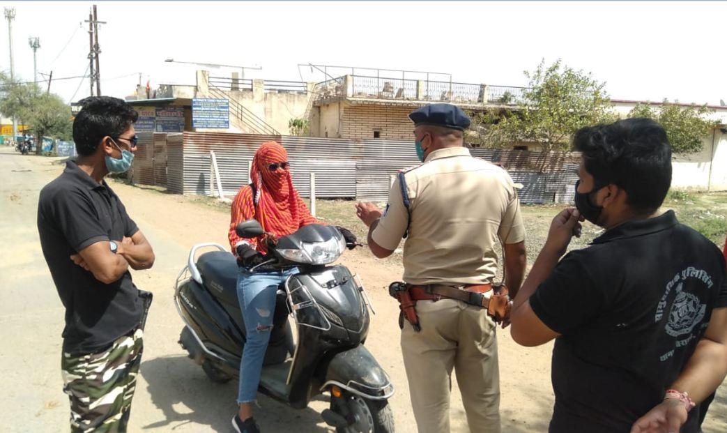 भोपाल में लगातार 48 घंटे से ड्यूटी जारी; शहर में 3 हजार से ज्यादा पुलिसकर्मी तैनात, 150 मोबाइल यूनिट शहर में लोगों को समझाइश दे रही|भोपाल,Bhopal - Dainik Bhaskar