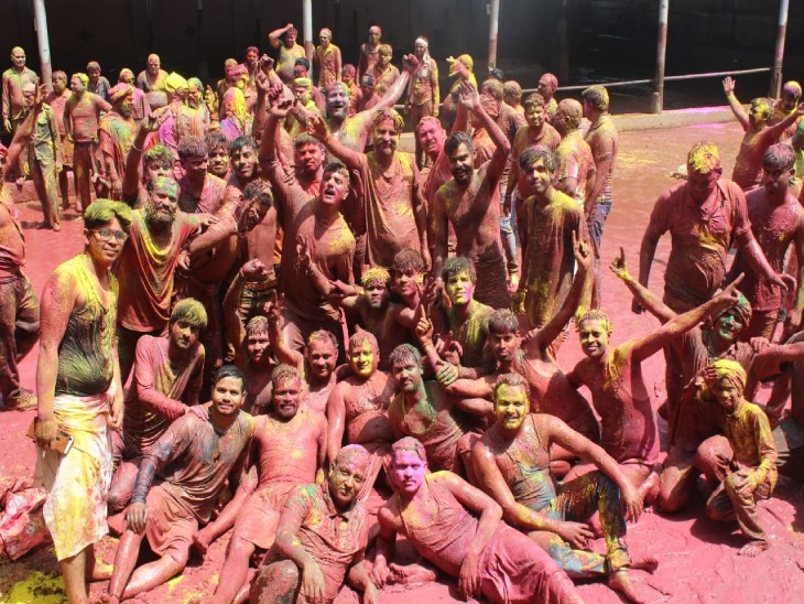 शहर के लोगों ने रंगों से जमकर खेली होली, कोरोना के चलते इस बार ढोल ताशों के साथ नहीं निकली टोलियां|ग्वालियर,Gwalior - Dainik Bhaskar