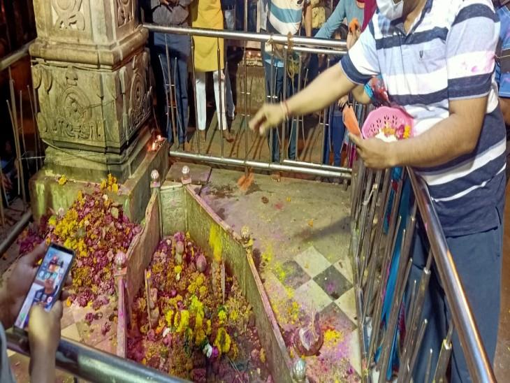 शहर में रंगोत्सव की शुरुआत शहर के लोगों ने बाबा अचलनाथ को गुलाल लगाकर की