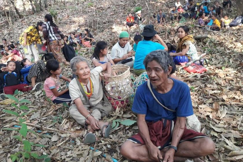 म्यांमार की आर्मी ने जब लोगों पर ओपन फायरिंग शुरू की तो लोग जंगल के रास्ते थाइलैंड भागने लगे, लेकिन थाइलैंड से भी उन्हें खदेड़ दिया गया।