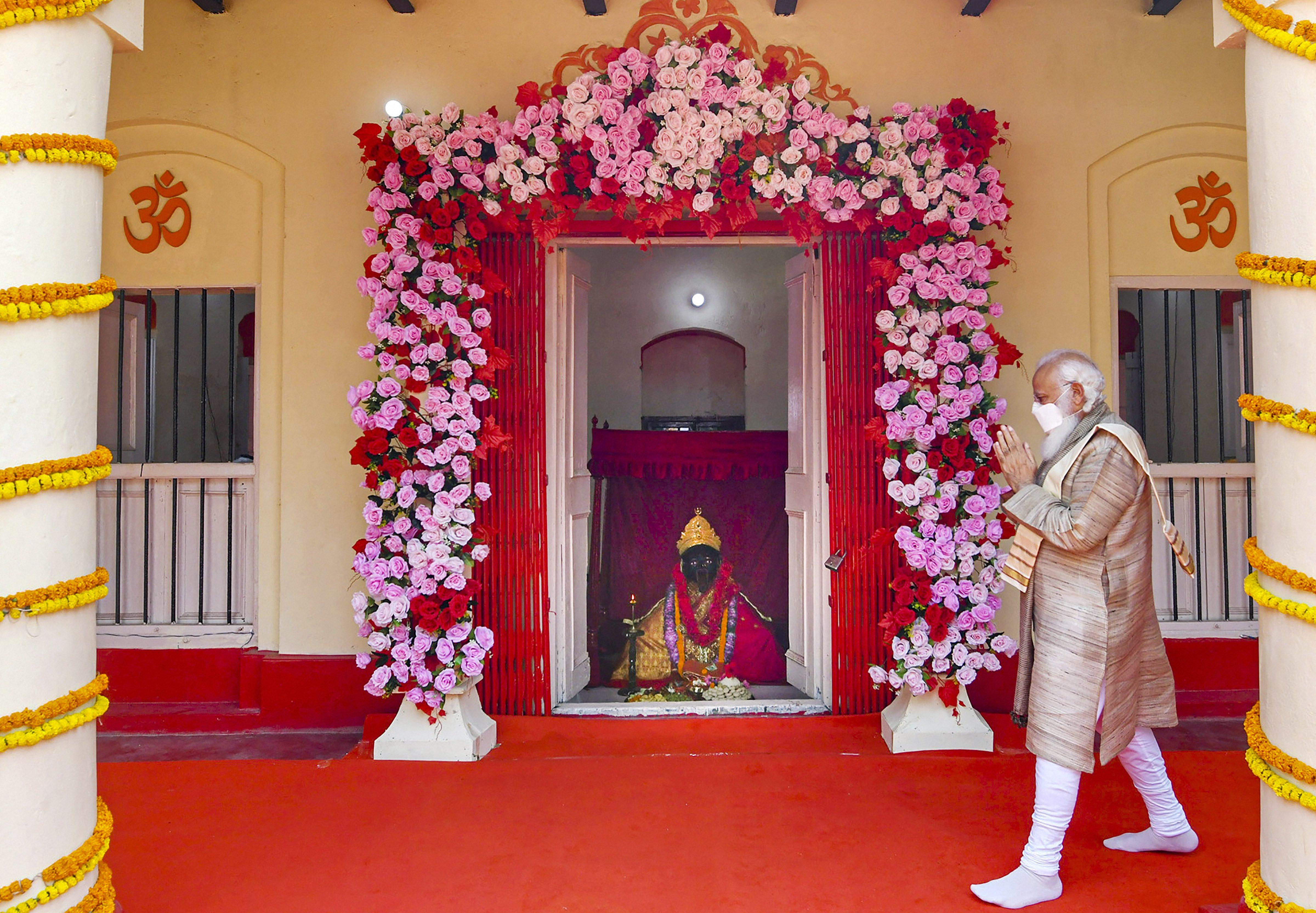 PM नरेंद्र मोदी 26-27 मार्च को बांग्लादेश के दौरे पर थे। यहां वे देश की आजादी की 50वीं वर्षगांठ में शामिल होने के साथ ही जेशोरेश्वरी मंदिर में दर्शन के लिए गए थे।