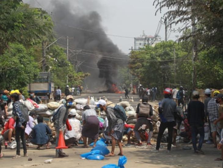 यंगून में प्रदर्शन कर रहे लोगों ने रोड को ब्लॉक कर दिया। म्यांमार में बड़ी संख्या में लोग सेना के तख्तापलट के खिलाफ विरोध-प्रदर्शन कर रहे हैं।