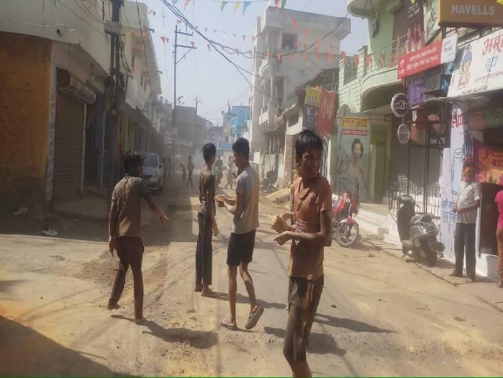 कोराेना के चलते नहीं निकली टोली, गली-मोहल्ले में रंग-गुलाल और गेरू का खेल रहे होली|जबलपुर,Jabalpur - Dainik Bhaskar