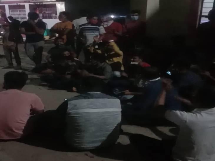 शहपुरा थाने के सामने देर रात धरने पर बैठे बीजेपी कार्यकर्ता व नेता।