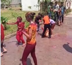 अयोध्या बायपास स्थित कॉलोनी में रंग खेलते बच्चे